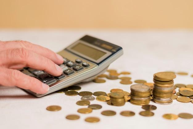Homem negócios, calculando, dinheiro