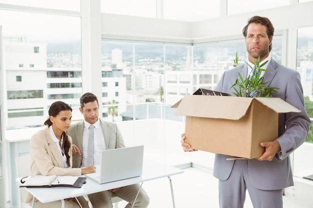 Homem negócios, carregar, seu, pertences, caixa