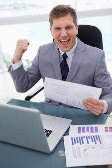 Homem negócios, celebrando, mercado, pesquisa, resultados