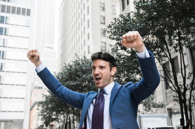 Homem negócios, celebrando, sucesso, ligado, rua