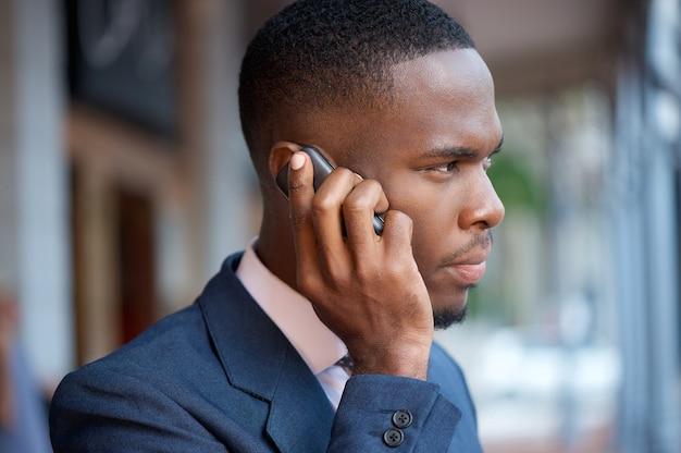 Homem negócios, chamando, por, telefone móvel