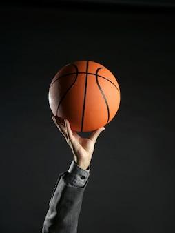 Homem negócios, com, bola basquetebol, trabalho equipe, liderança