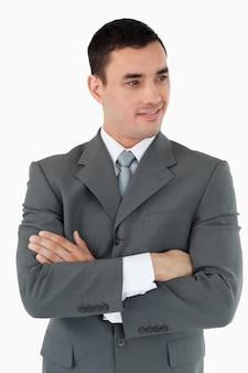 Homem negócios, com, braços dobraram, olhar ao lado