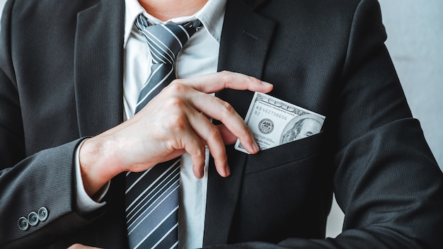 Homem negócios, com, contas dólar, em, bolso