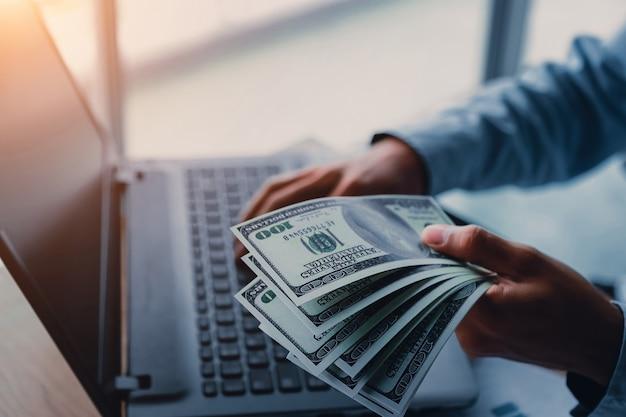 Homem negócios, com, dinheiro, dólares