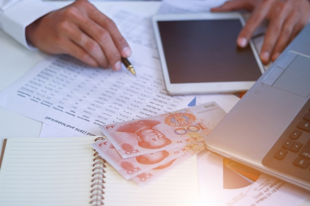 Homem negócios, com, dinheiro, yuan