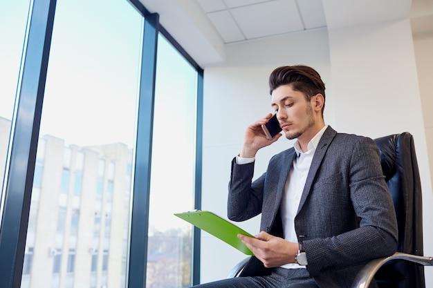 Homem negócios, com, documentos, mãos, de, falando, ligado, um, célula, em, modernos