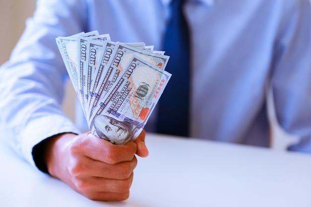 Homem negócios, com, dólar dinheiro