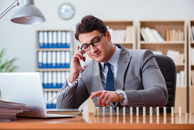 Homem negócios, com, dominó, em, escritório