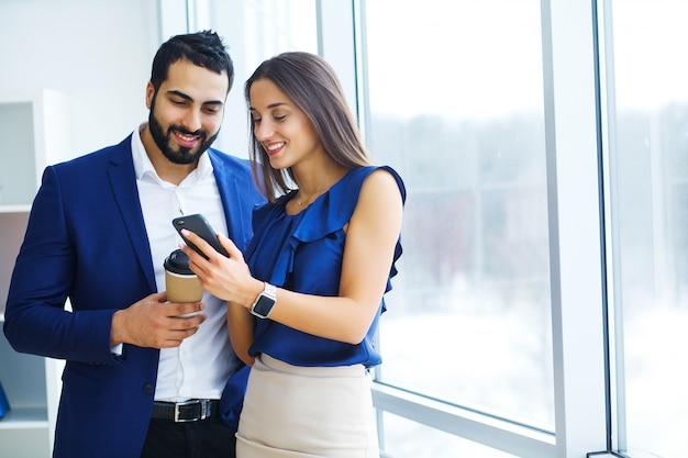 Homem negócios, com, femininas, colega, ou, cliente, em, escritório