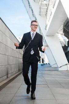 Homem negócios, com, fones ouvido