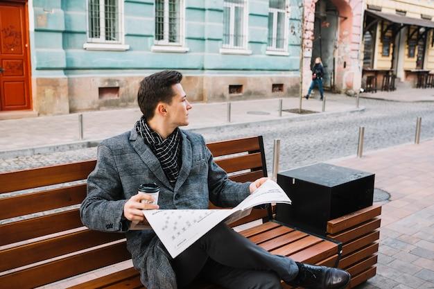 Homem negócios, com, jornal, e, café