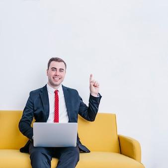Homem negócios, com, laptop, tendo, idéia