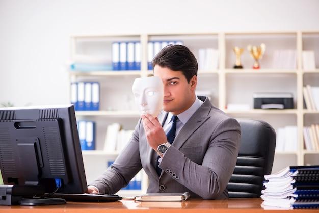 Homem negócios, com, máscara, em, escritório, hipocrisia, conceito