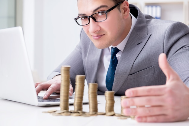 Homem negócios, com, moedas douradas, em, negócio, crescimento, conceito