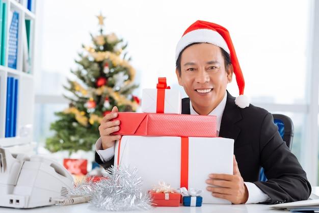 Homem negócios, com, pilha, de, caixas presente