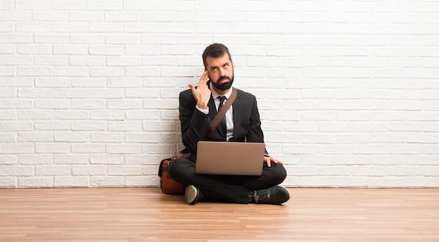 Homem negócios, com, seu, laptop, sentar chão, com, problemas, fazendo, suicídio, gesto