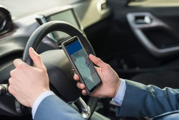 Homem negócios, com, smartphone, carro