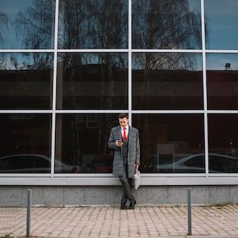 Homem negócios, com, smartphone