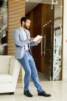 Homem negócios, com, tablete digital