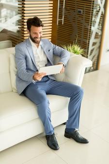 Homem negócios, com, tabuleta