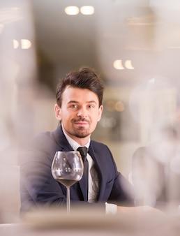 Homem negócios, com, um, copos vinho