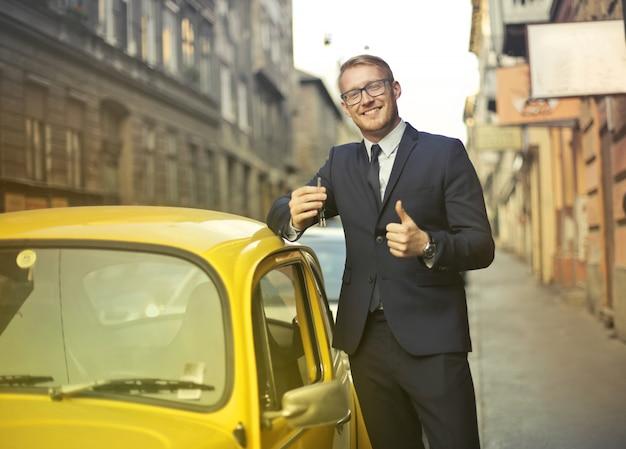 Homem negócios, com, um, cute, car