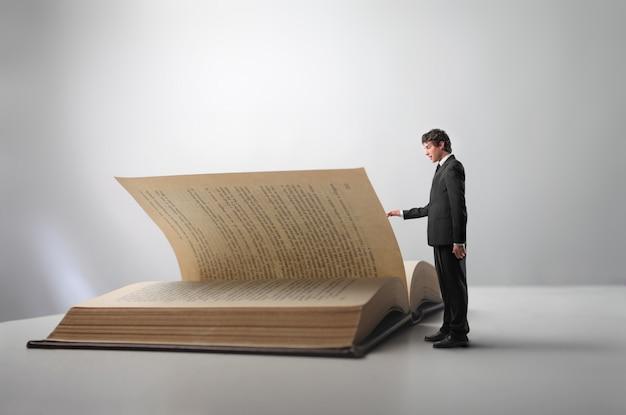 Homem negócios, com, um, grande, livro
