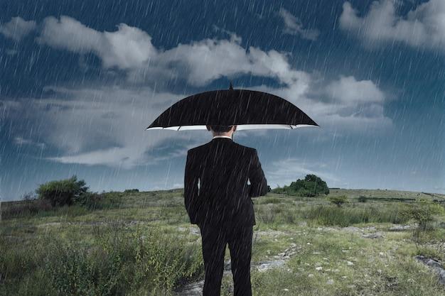 Homem negócios, com, um, guarda-chuva, ficar, sob, a, chuva