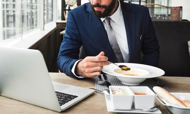 Homem negócios, comer, em, um, café