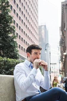 Homem negócios, comer, ligado, banco