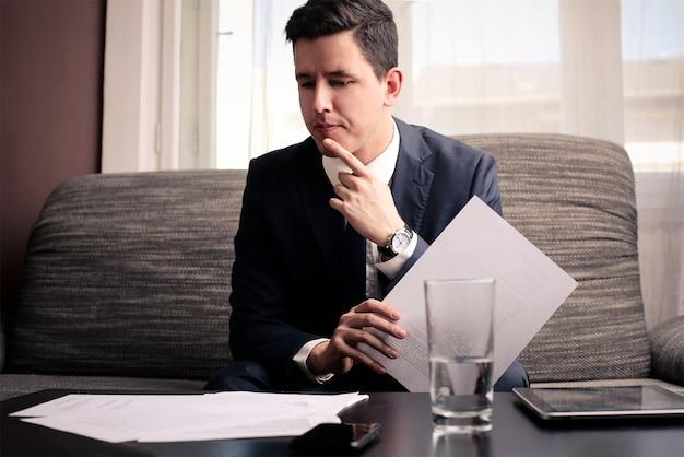 Homem negócios, considerando, projetos
