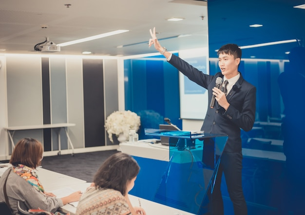 Homem negócios, dando uma palestra, ligado, incorporado, negócio, conferência