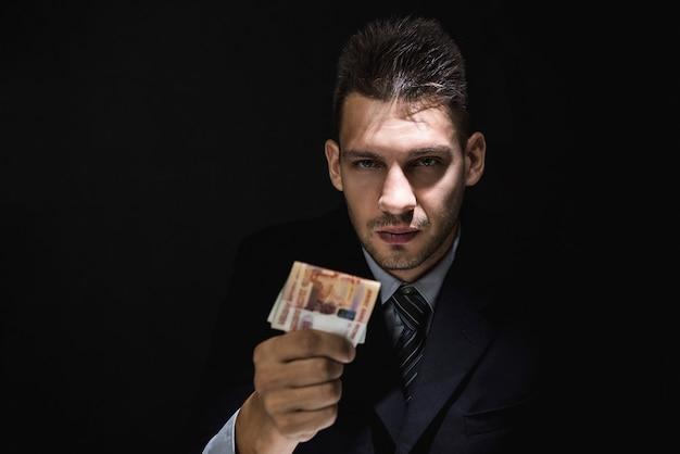 Homem negócios, dar, dinheiro suborno, em, forma, de, rublo russo, em, quarto escuro