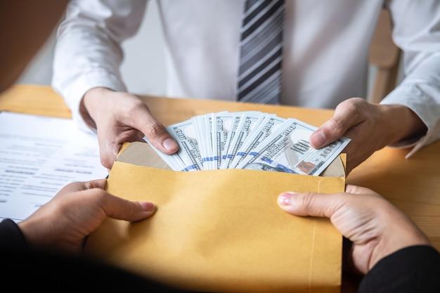 Homem negócios, dar, dinheiro suborno, em, pessoas negócio, dar, sucesso, a, negócio, contrato