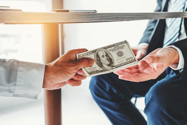 Homem negócios, dar, notas de dólar, corrupção, suborno, para, gerente negócio