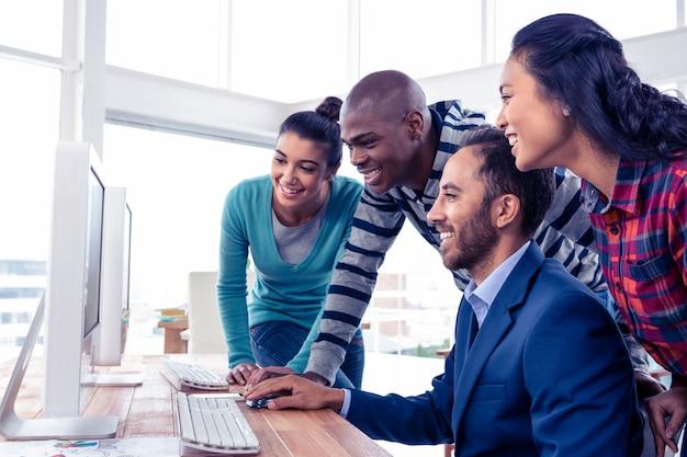 Homem negócios, dar, treinamento, equipe, sobre, computador, em, criativo, escritório