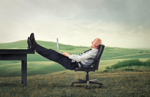 Homem negócios, desfrutando, trabalhando