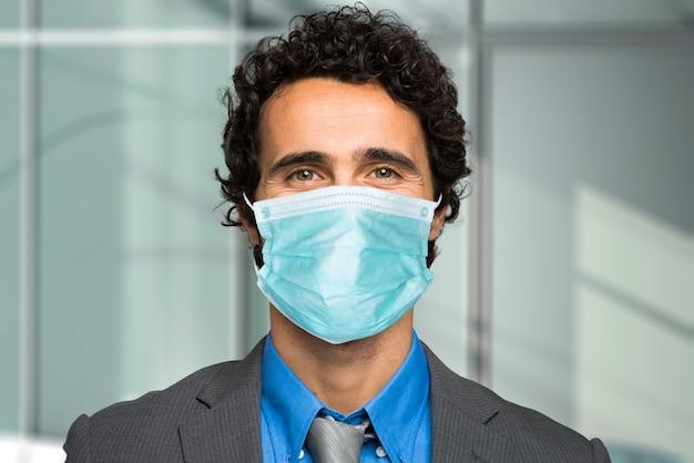 Homem negócios, desgastar uma máscara