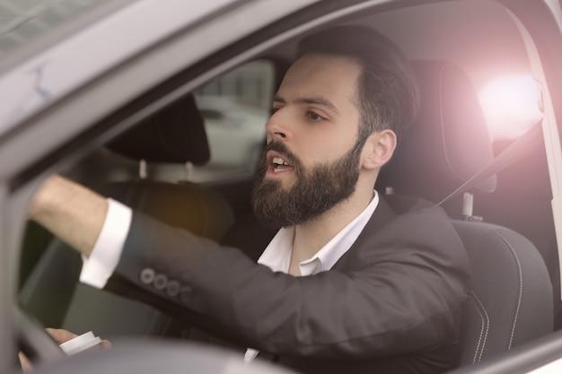 Homem negócios, dirigindo um carro