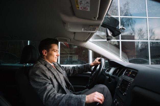 Homem negócios, dirigindo