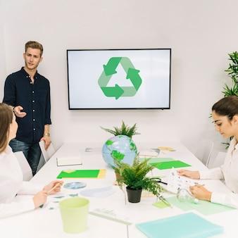 Homem negócios, discutir, recicle, conceito, com, seu, femininas, colega