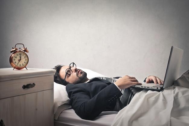 Homem negócios, dormir, com, seu, laptop