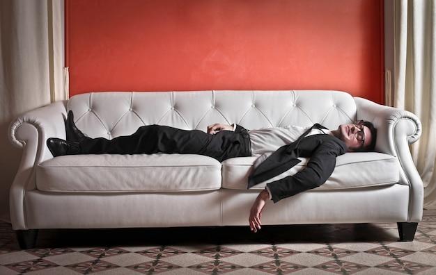 Homem negócios, dormir, ligado, um, sofá