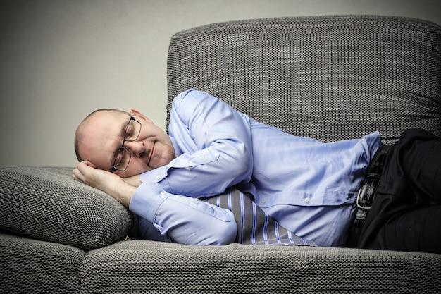 Homem negócios, dormir, sofá