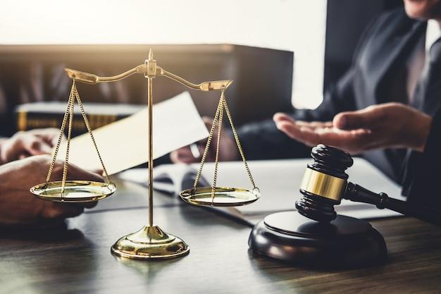 Homem negócios, e, advogado macho, ou, juiz, conselheiro, tendo, equipe, reunião, com, cliente