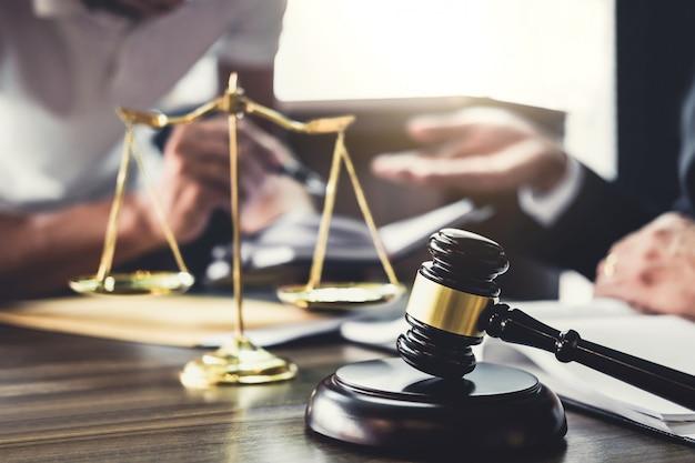 Homem negócios, e, advogado, ou, juiz, conselheiro, tendo, equipe, reunião, com, cliente