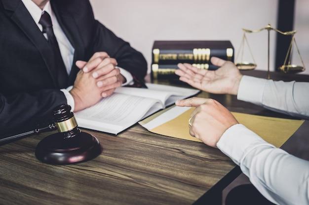 Homem negócios, e, advogado, ou, juiz, consultar, tendo, equipe, reunião, com, cliente