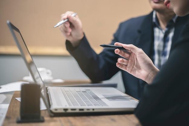 Homem negócios, e, executiva, discutir, projeto, em, reunião
