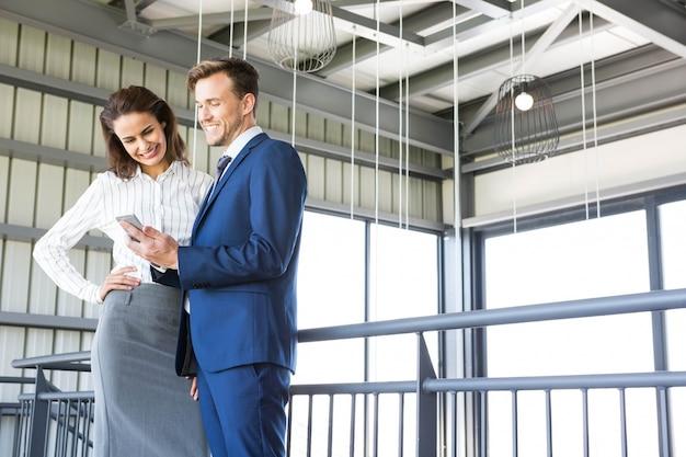 Homem negócios, e, executiva, olhar, smartphone, em, escritório